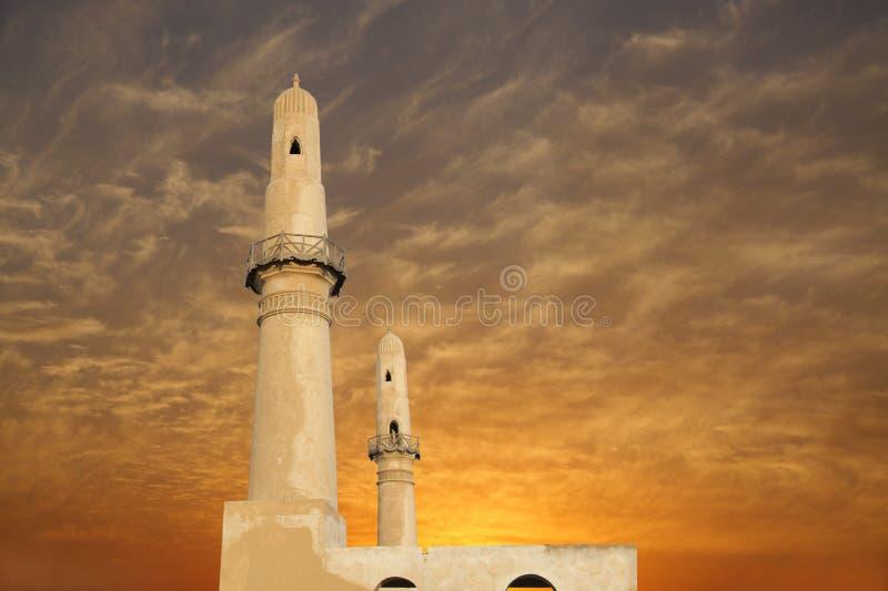 Mooie tweelingminaretten bij zonsondergang, khamismoskee royalty-vrije stock afbeelding