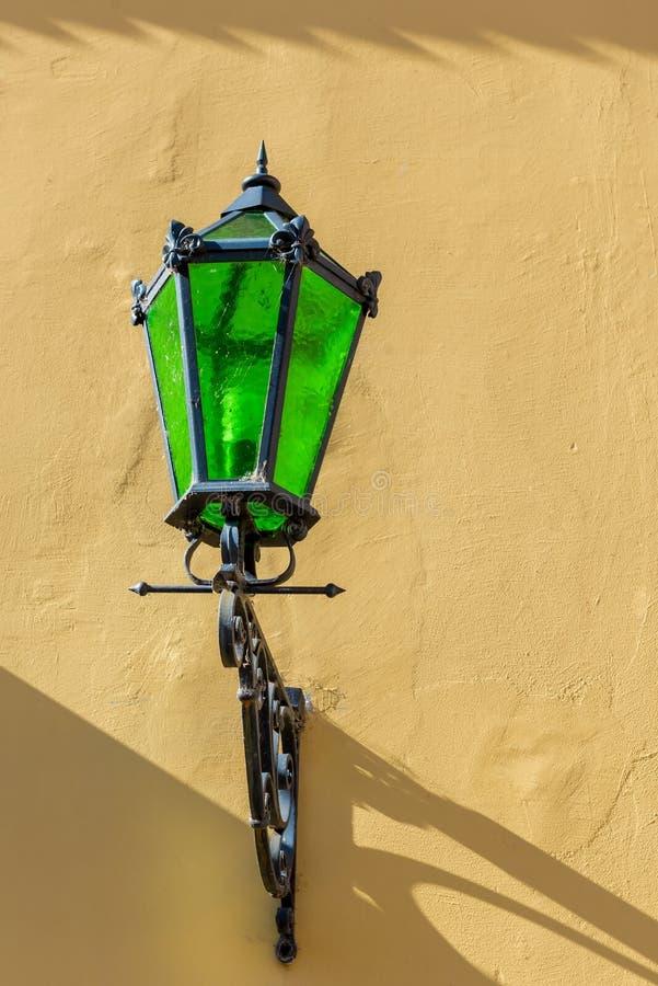 Mooie uitstekende lamp op een gele muur royalty-vrije stock foto's