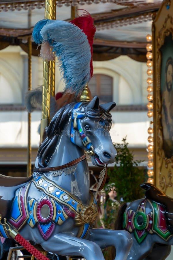 Mooie uitstekende retro vrolijk-gaan-ronde carrousel houten paarden stock afbeeldingen