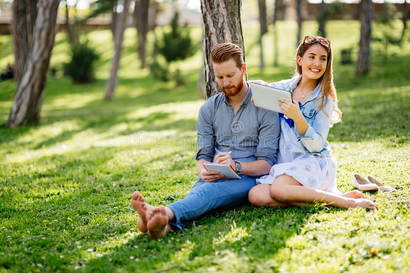 Mooie universitaire studenten die in openlucht in park bestuderen royalty-vrije stock foto's