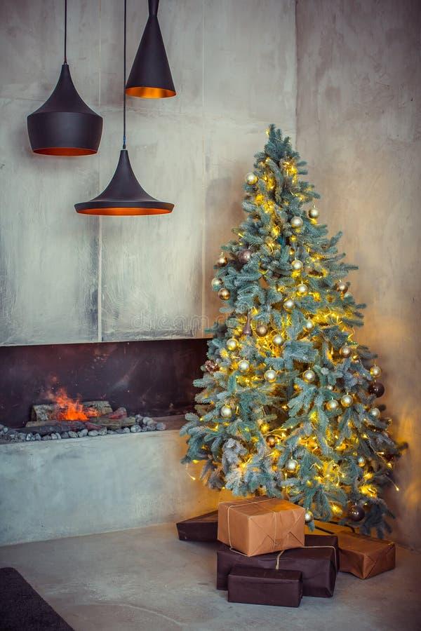 Mooie vakantie verfraaide ruimte met Kerstboom royalty-vrije stock afbeeldingen
