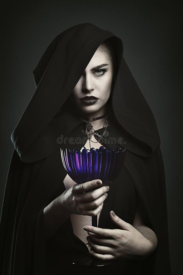 Mooie vampier die een kop houden stock afbeeldingen