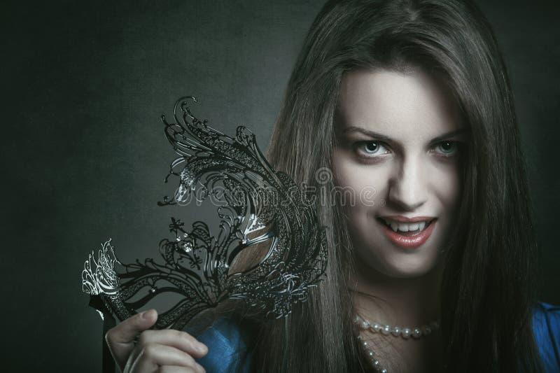 Mooie vampier met Venetiaans masker royalty-vrije stock afbeeldingen