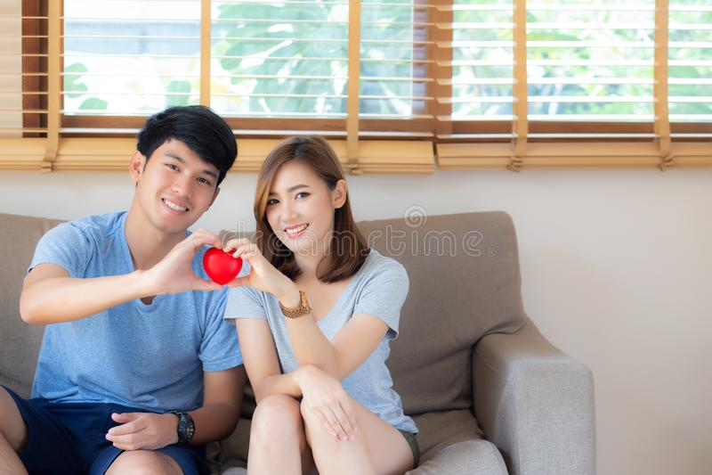 Mooie van de het gebaarholding van het portret jonge Aziatische paar het hartvorm samen, man en vrouwen het vrolijke glimlachen e royalty-vrije stock fotografie