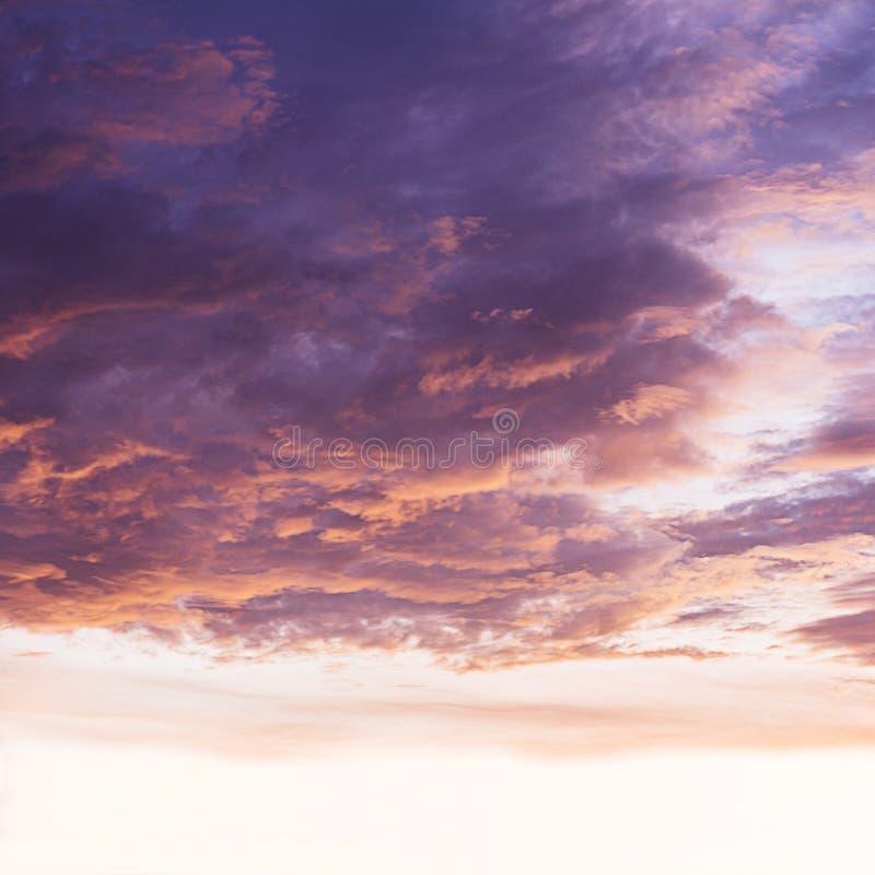 Mooie van de schemeringhemel en cumulus wolken stock fotografie