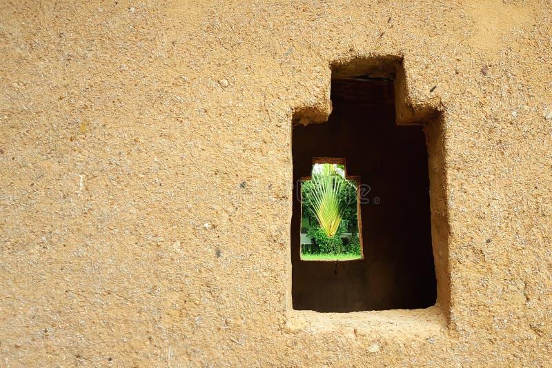 Mooie vensters van een kleihuis royalty-vrije stock foto's
