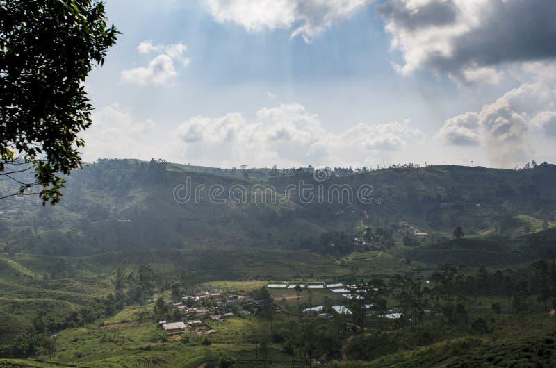 Mooie verbazende landschapsmening van klein die dorp door bergen wordt omringd royalty-vrije stock foto