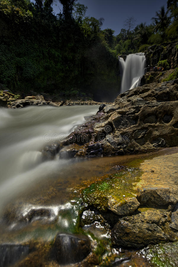 Mooie verborgen waterval in Maleisië stock foto