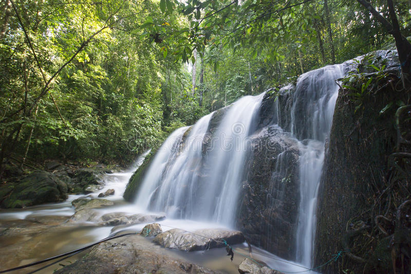 Mooie verborgen waterval in Maleisië stock fotografie