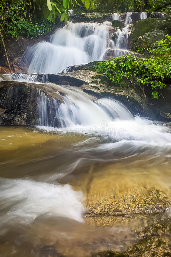 Mooie verborgen waterval in Maleisië royalty-vrije stock foto's