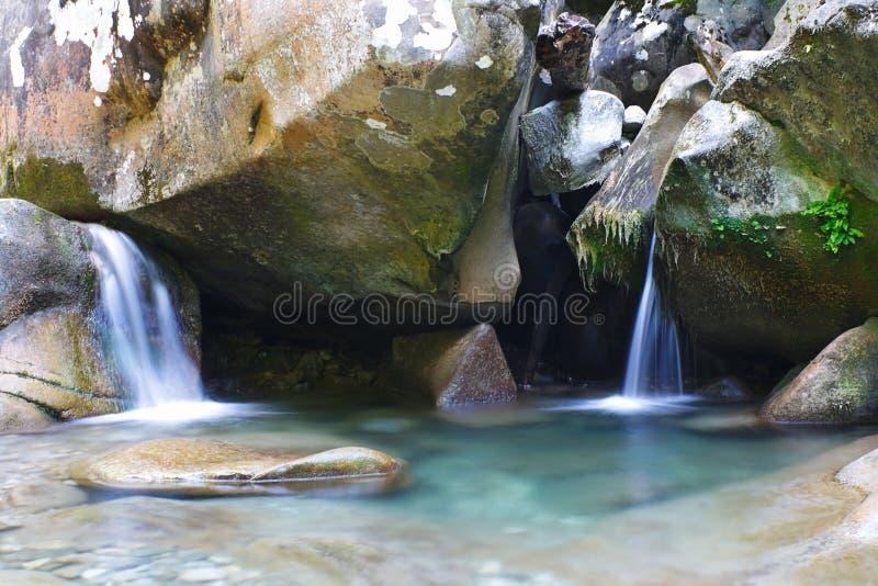 Mooie verfrissende waterval onder de rotsen van bergkreek royalty-vrije stock foto