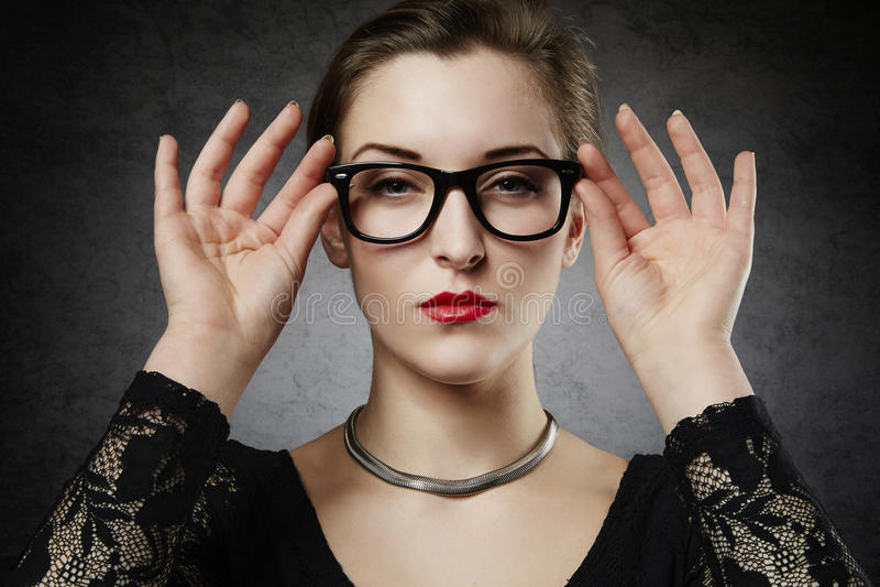 Mooie verleiding femme fatale in nerdy glazen stock afbeelding
