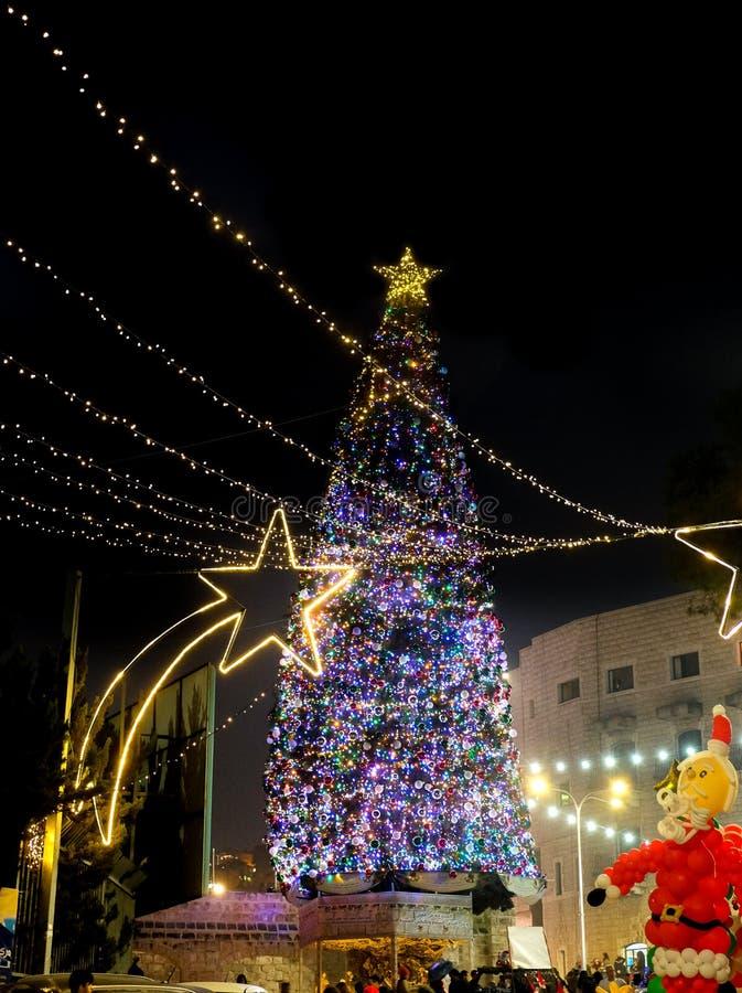 Mooie verlichte Kerstboom bij nacht Nazarethsvierkant, royalty-vrije stock afbeeldingen