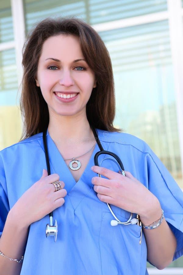 Mooie Verpleegster bij het Ziekenhuis stock foto's