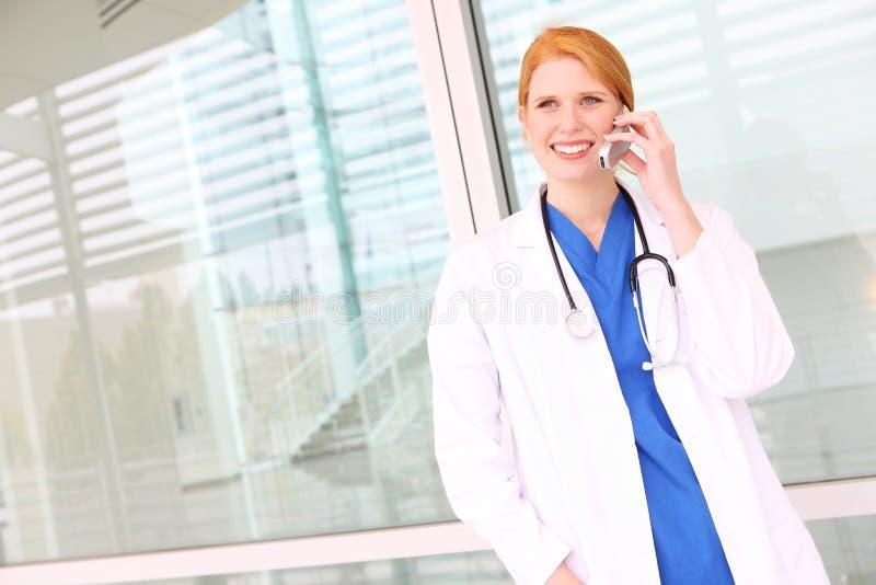 Mooie Verpleegster op de Telefoon van de Cel royalty-vrije stock foto's