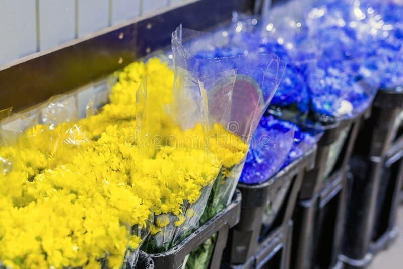 Mooie verse blauwe en rode bloemen bij flowermarket In het groot bloemwinkel Het kleinhandels en brutoconcept van de snijbloemops royalty-vrije stock fotografie