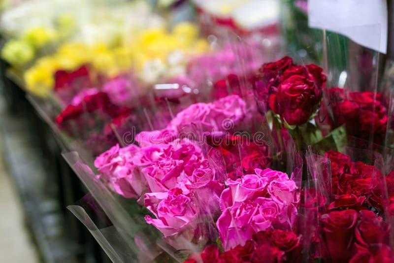 Mooie verse rode rozen bij flowermarket In het groot bloemwinkel Het kleinhandels en brutoconcept van de snijbloemopslag royalty-vrije stock afbeelding