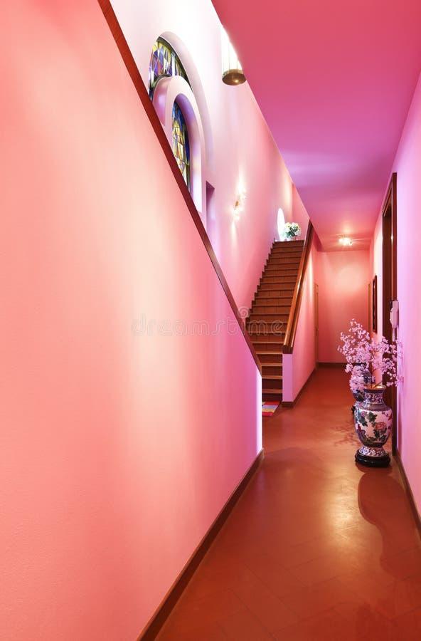Mooie villa in stijl klassieke, binnenlandse gang royalty-vrije stock afbeeldingen