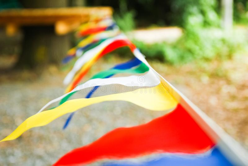 Mooie vlaggen op een kabel in een park op de aard royalty-vrije stock afbeelding
