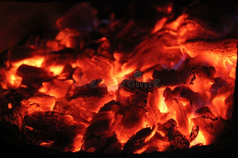 Mooie vlam, tongen van brand, vuur en as, hete steenkolen stock afbeeldingen