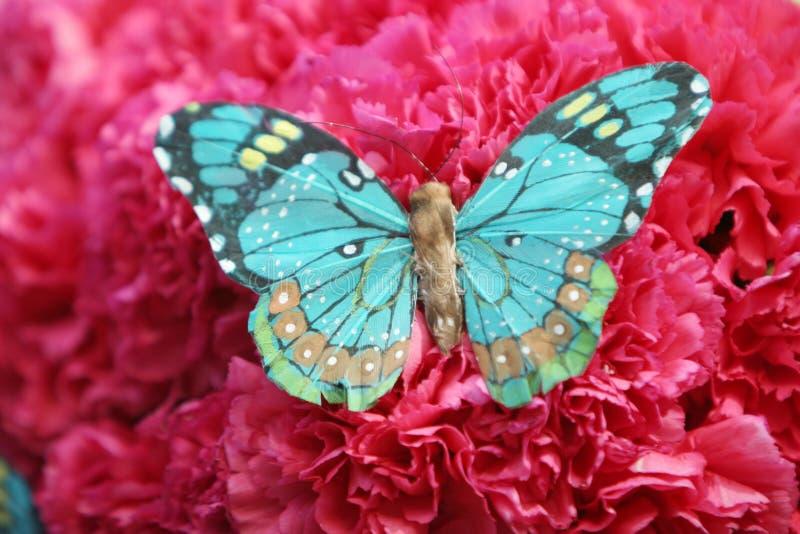 Mooie vlinder op rode anjers royalty-vrije stock foto