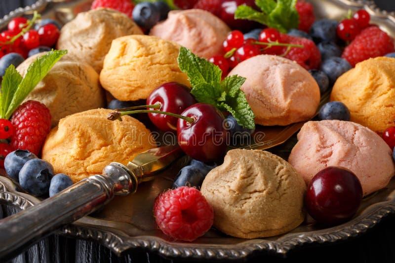 Mooie voedselachtergrond: koekjes en vers bessenclose-up H royalty-vrije stock foto