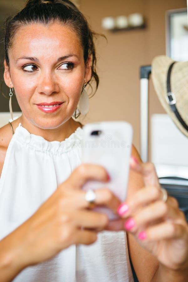 Mooie volwassen vrouw met smartphone royalty-vrije stock afbeeldingen