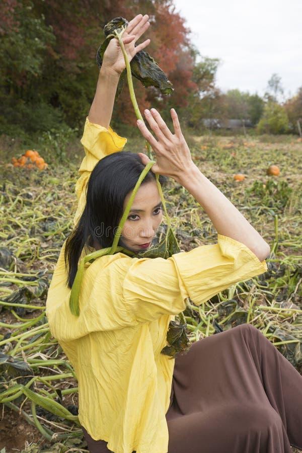 Mooie volwassen vrouwendanser in een de pompoenflard van Connecticut royalty-vrije stock afbeeldingen