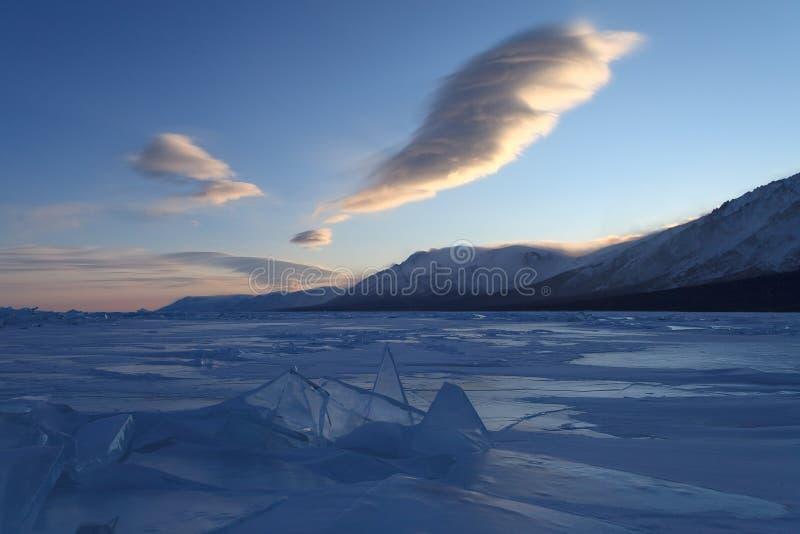 Mooie voorgestelde wolken over blauwe ijsvormingen stock fotografie