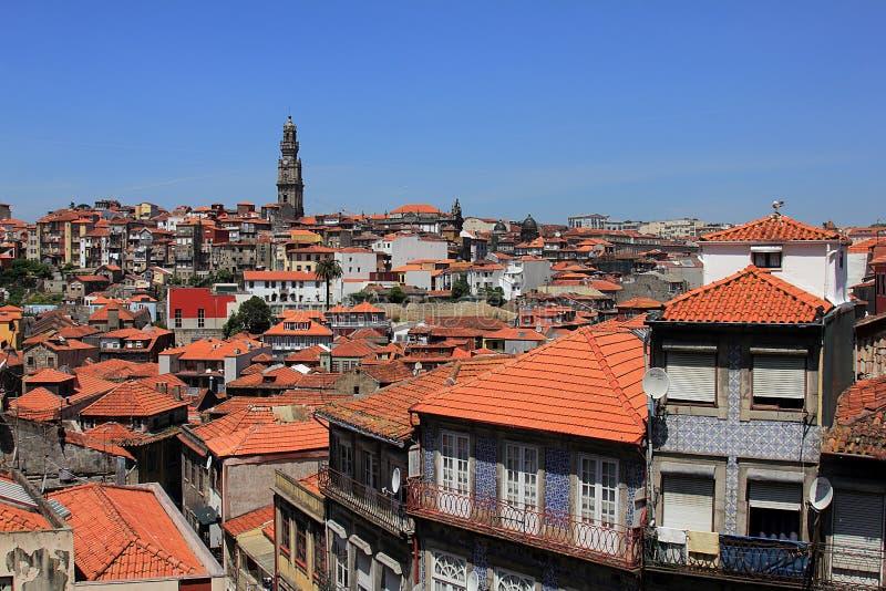 Mooie voorgevels en daken van huizen in Porto, Portugal royalty-vrije stock afbeelding