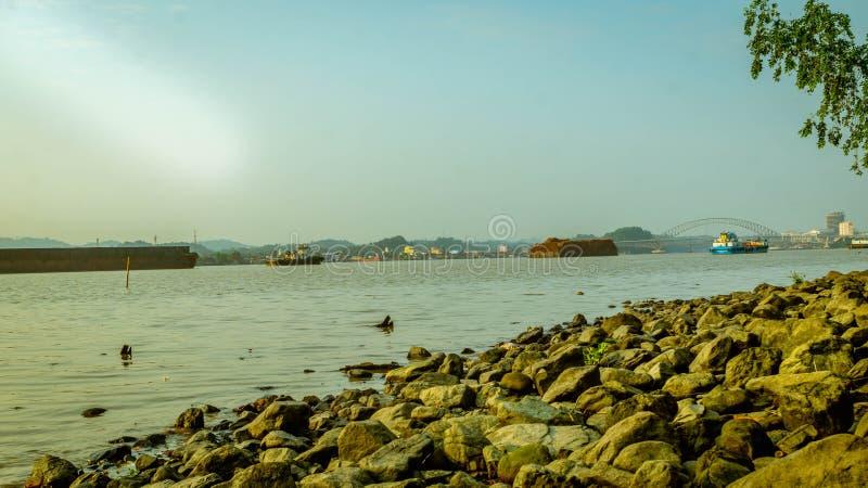 Mooie voorstelling van de Mahakam-rivier 's ochtends, Samarinda royalty-vrije stock fotografie
