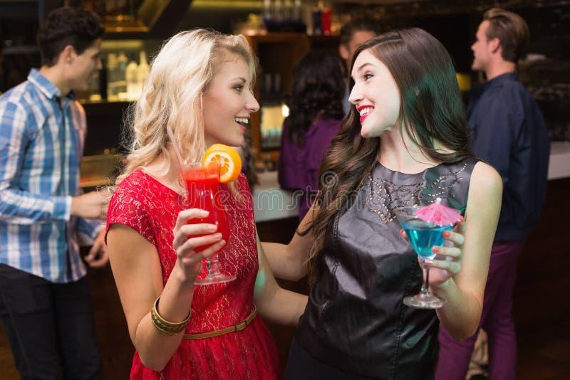 Mooie vrienden die een cocktail drinken royalty-vrije stock foto