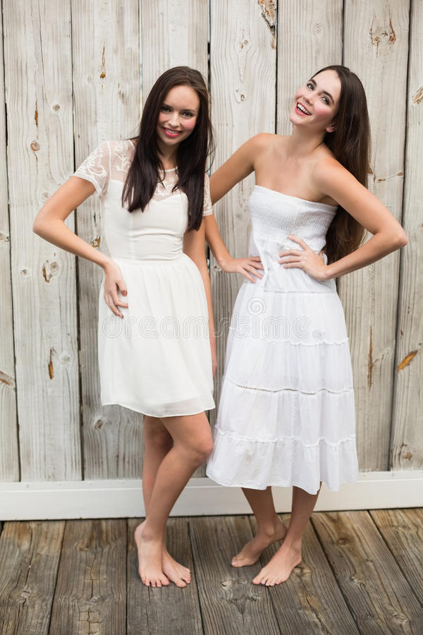 Mooie vrienden die in witte kleding stellen royalty-vrije stock fotografie