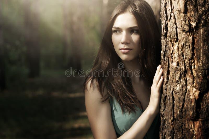 Mooie vrouw in aardlandschap royalty-vrije stock foto