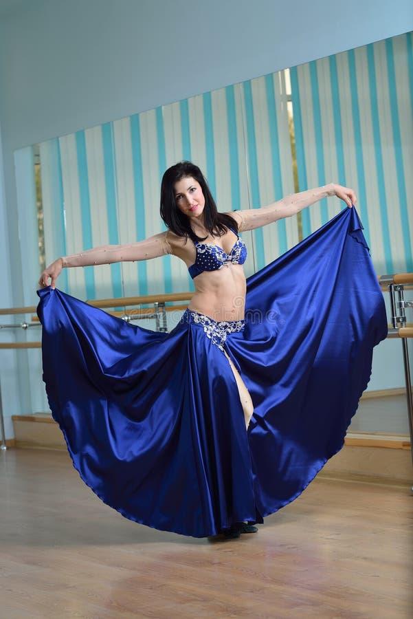 Mooie vrouw in Arabisch kostuum die in motie, oosterling of buikdans dansen royalty-vrije stock afbeelding