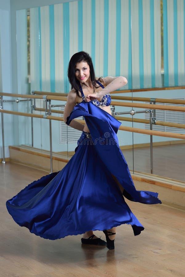 Mooie vrouw in Arabisch kostuum die in motie, oosterling of buikdans dansen stock afbeeldingen