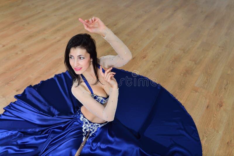 Mooie vrouw in Arabisch kostuum die in motie, oosterling of buikdans, spruit vanuit hoge invalshoek dansen royalty-vrije stock foto