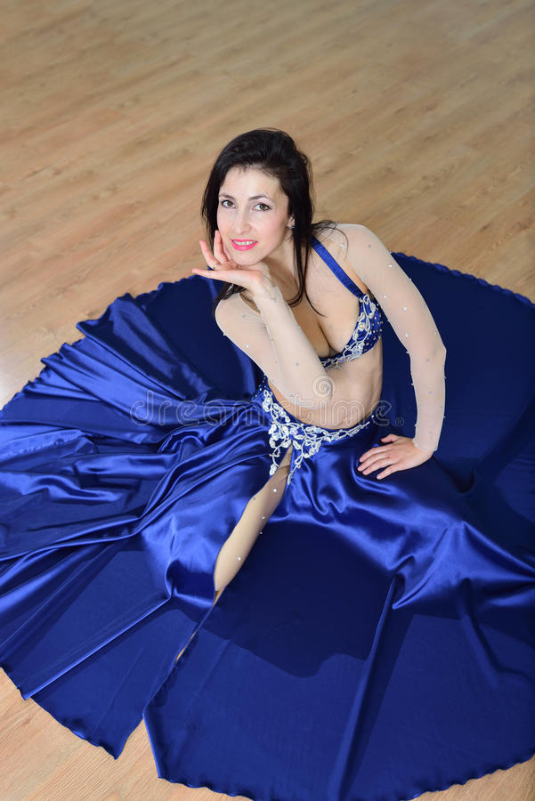 Mooie vrouw in Arabisch kostuum die in motie, oosterling of buikdans, spruit vanuit hoge invalshoek dansen royalty-vrije stock afbeelding