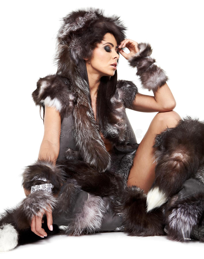 Mooie vrouw in barbaars kostuum stock afbeeldingen