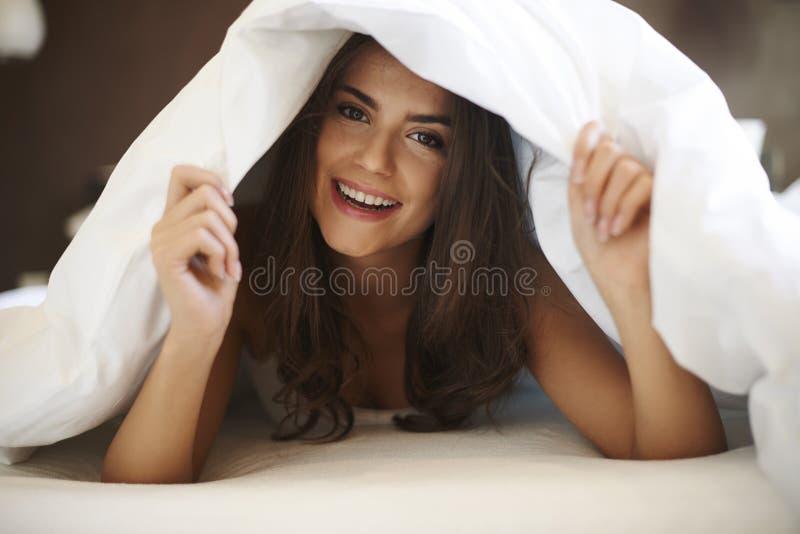 Mooie Vrouw in Bed royalty-vrije stock foto's