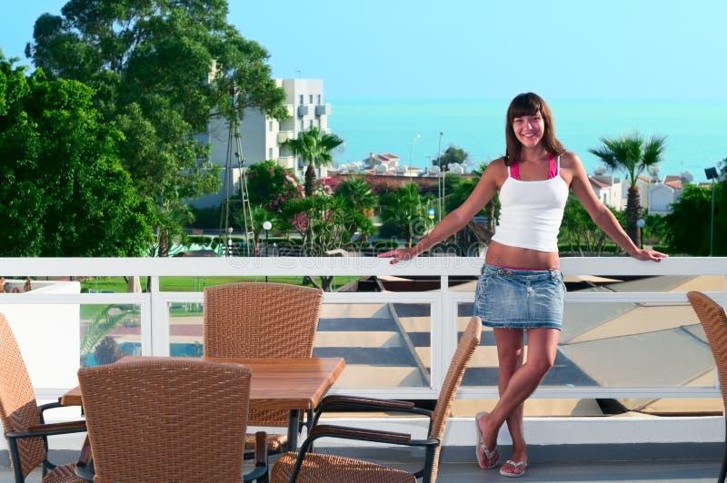 Mooie vrouw bij balkon van hotel royalty-vrije stock afbeeldingen