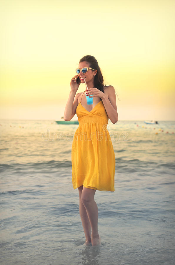 Mooie vrouw bij het strand stock foto