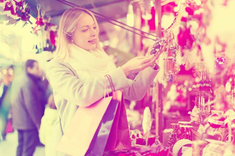 Mooie vrouw bij Kerstmismarkt royalty-vrije stock foto's