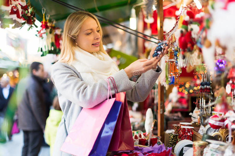 Mooie vrouw bij Kerstmismarkt royalty-vrije stock afbeelding