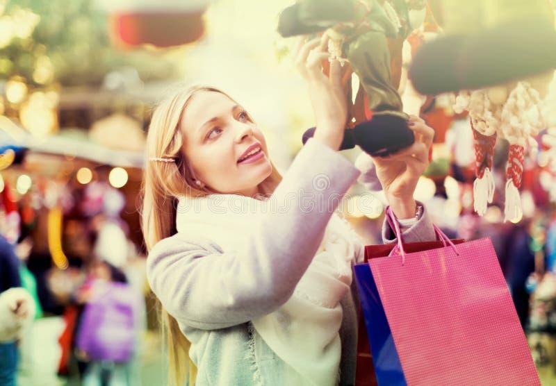 Mooie vrouw bij Kerstmismarkt stock afbeelding