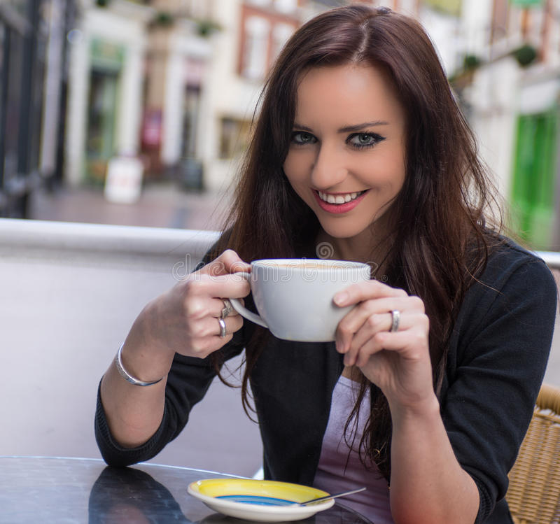 Mooie vrouw bij koffie royalty-vrije stock afbeelding