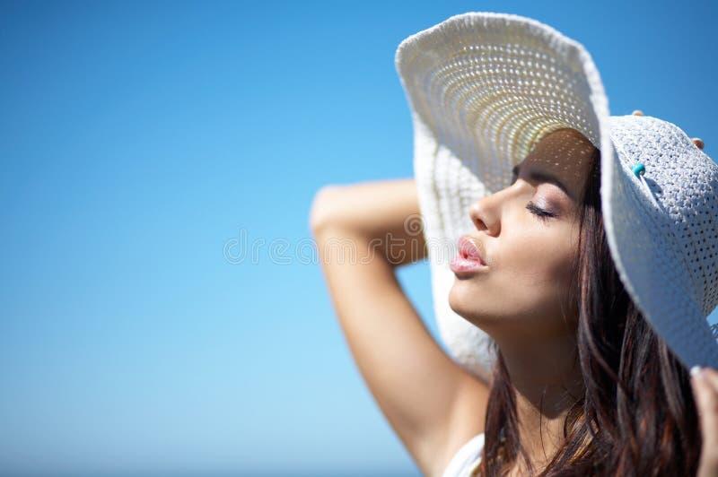 Mooie Vrouw bij kust stock afbeeldingen