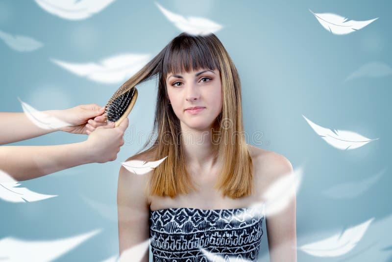 Mooie vrouw bij salon met etherisch concept stock afbeeldingen