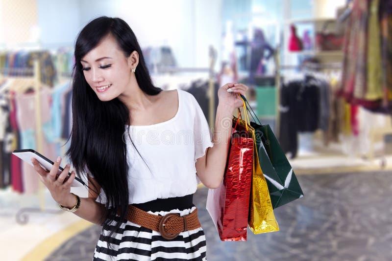 Mooie vrouw bij winkelcentrum royalty-vrije stock foto's