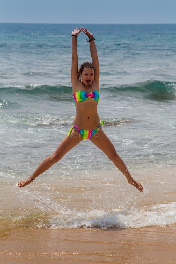 Mooie vrouw in bikini die bij zonnebaden stock foto